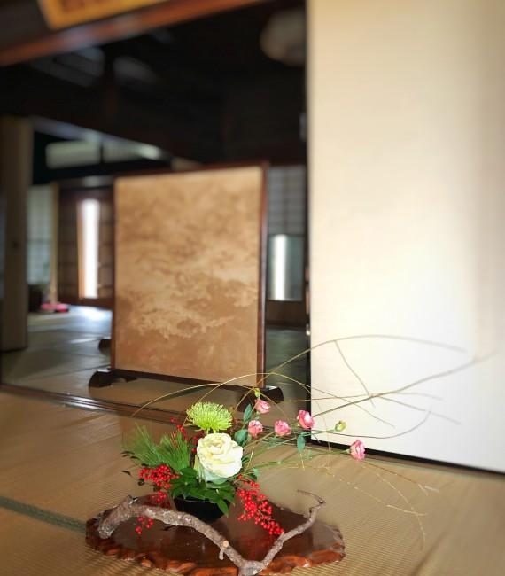 母屋玄関前に飾られた生け花
